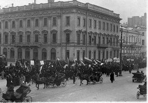 Колонна манифестантов с правительственными флагами, плакатами и портретами императорской фамилиии на Невском проспекте у д.№ 38.