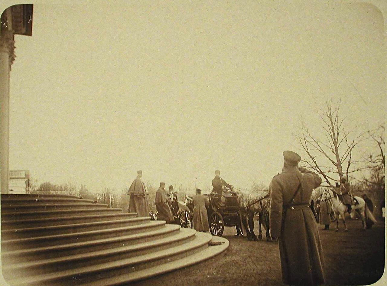 04. Император Николай II направляется к экипажу