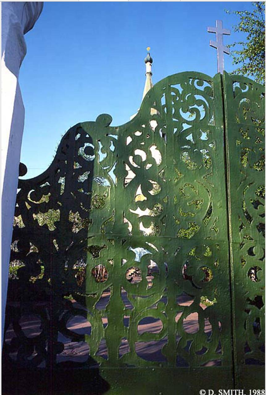 Церковь Воздвижения Честного и Животворящего Креста Господня на Седова, 1. Ворота