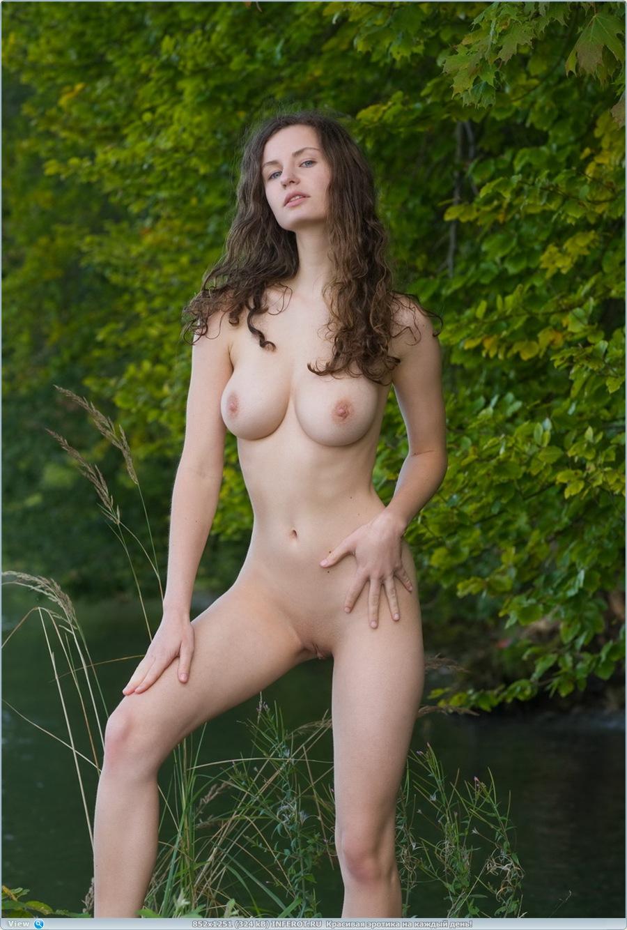 Красивый эротический фотосет на природе (20 фото)