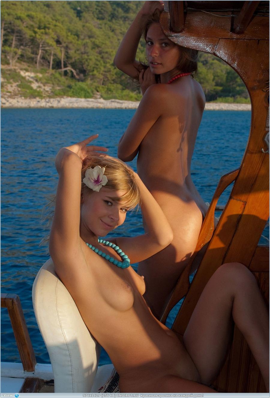 Две молоденькие девчонки отдыхают на море (20 фото)