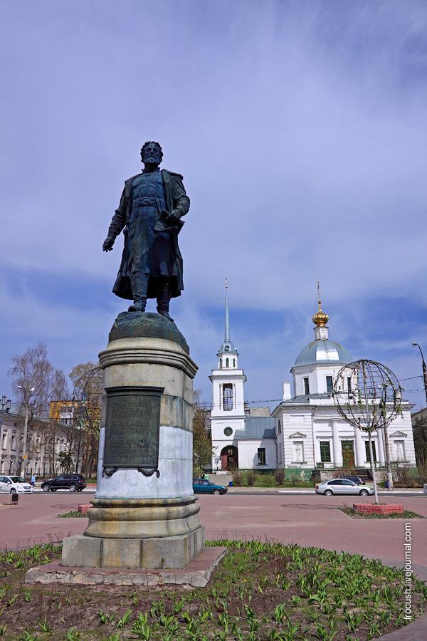 Памятник Афанасию Никитину и Церковь Воскресения Христова (Трех исповедников), что за Волгой