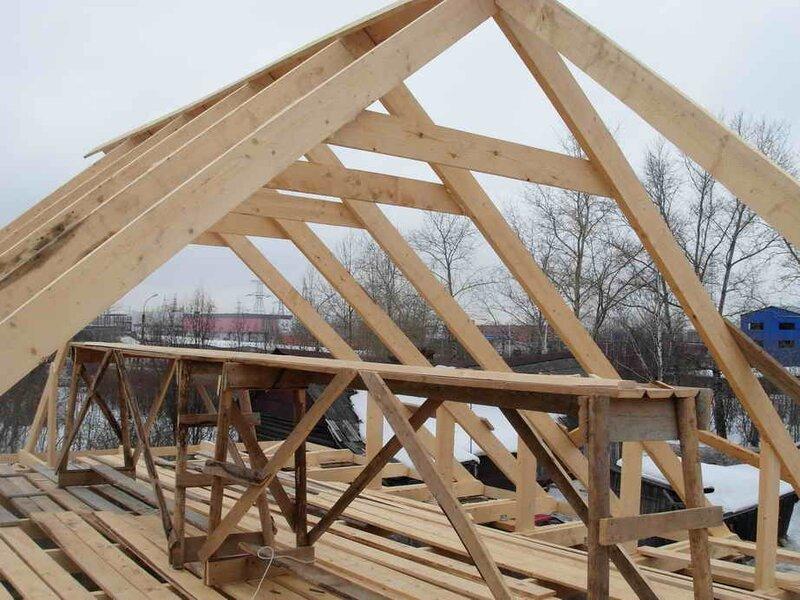 Стропильная система четырехскатной крыши имеет особенности, что и дает некоторую сложность при ее строительстве.
