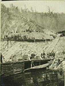 Группа местных жителей на берегу озера. Забайкальская обл. Маритуй ст.