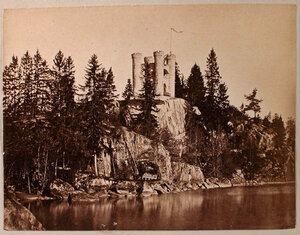 Вид на неоготическую капеллу - павильон Людвигсбург (проект английского архитектора Чарлза Гетгоба Фатама, 1822 г.) на острове Людвигштайн.