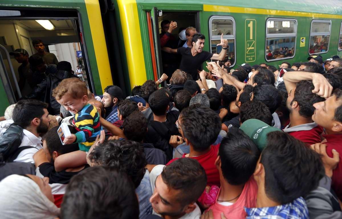 Штурм Будапешта: Мигранты с Ближнего Востока на ж/д вокзал венгерской столицы (17)