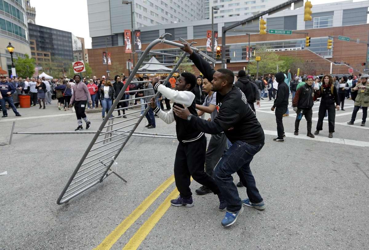 Конец полицейскому государству: Массовые протесты и уличные погромы в Балтиморе (США) (37)