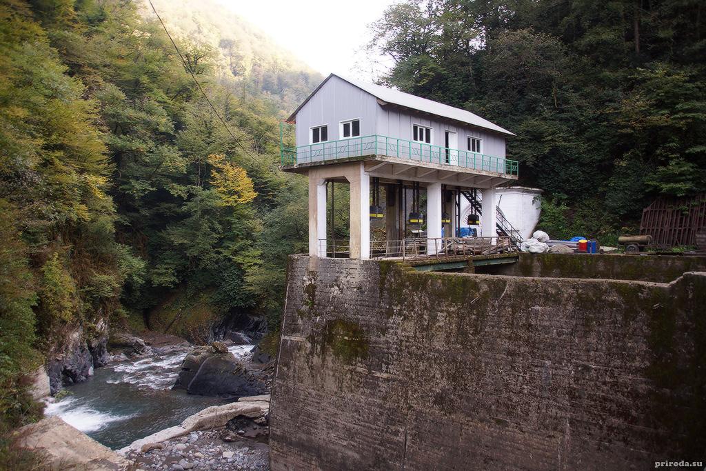 Гидросооружение в котором располагаются шлюзы ГЭС. Река Восточная Гумиста.