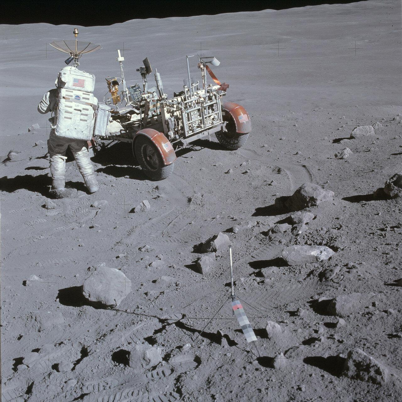 На седьмой день миссии, 22 апреля, астронавтам предстояла поездка в южном направлении, в район кратера Южный Луч и подъём по склону горы Стоун Маунтин к группе из пяти небольших кратеров Синко. На снимке: Чарли Дьюк у «Лунного Ровера»