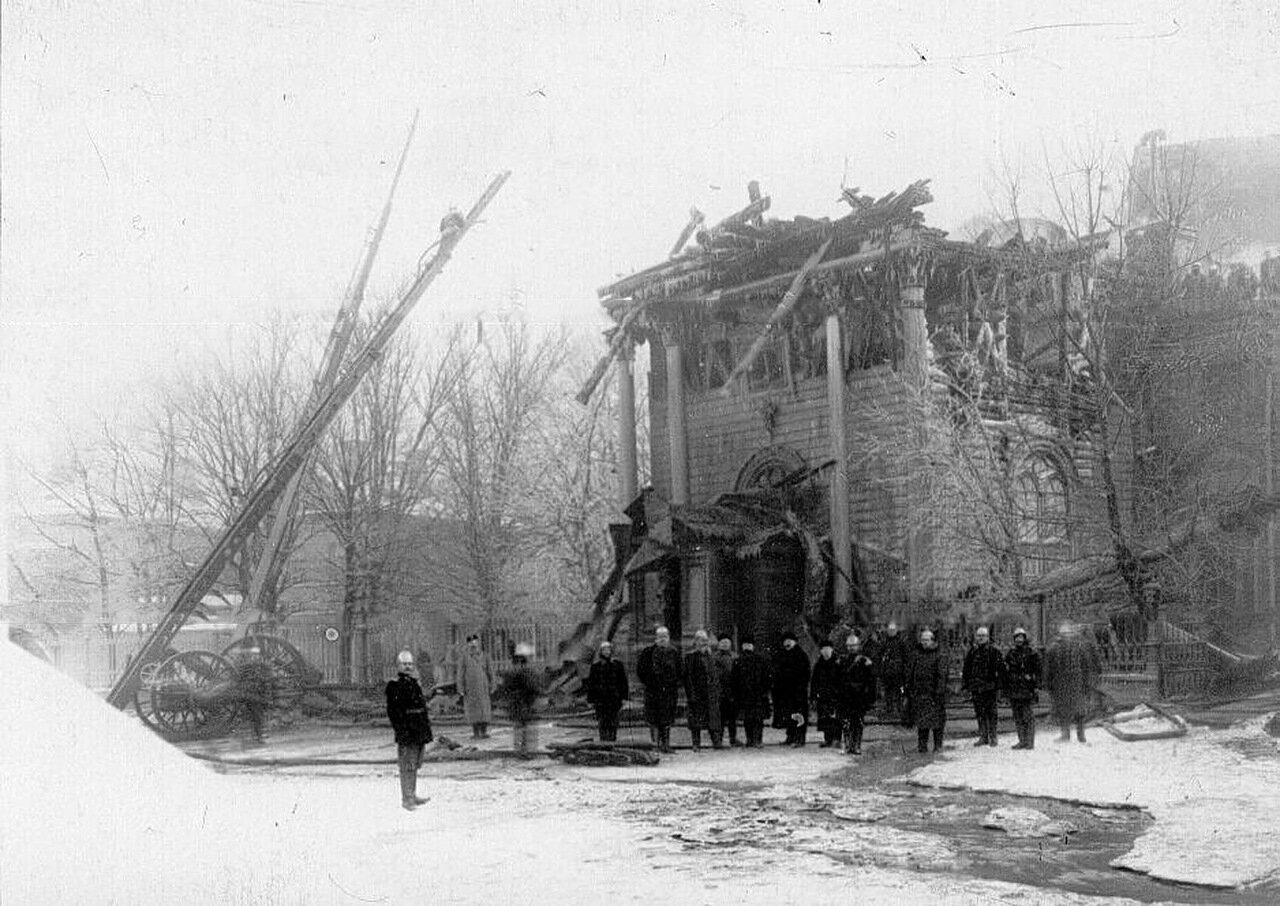 05. Группа пожарных у обгоревшего здания собора Пресвятой Троицы.7 февраля 1913 г