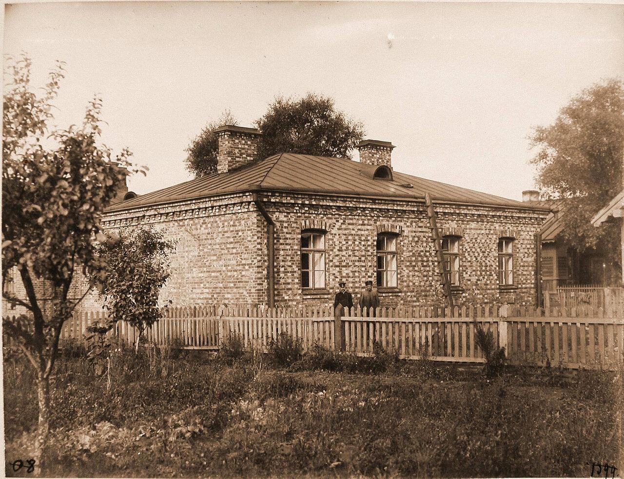 Ломжинская губерния. Станция Малкин. 967 верста. Служащие у дома, где находились паровозные бригады