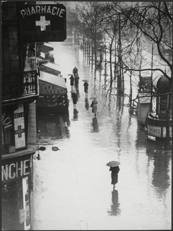1935. Прохожие в дождь