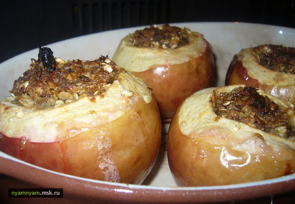 Яблоки с финиками и корицей