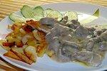 Бефстроганов с жареной картошечкой и огурчиком