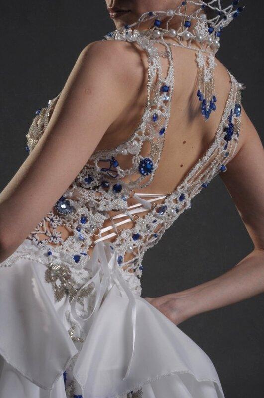 На изготовление платья ушло около 3х месяцев работы, по 8-10 часов в сутки.  Топ не тяжелый, (даже до килограмма не...