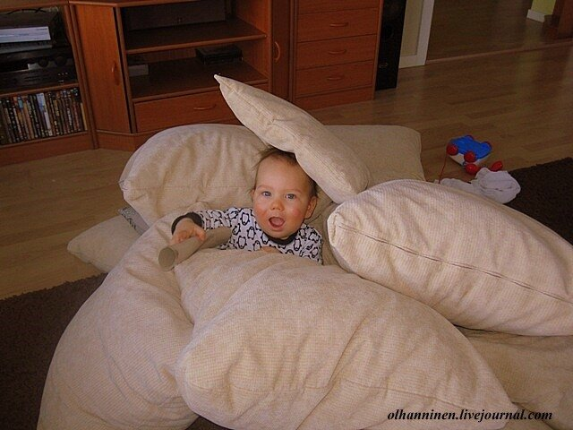 Бабушка заваливает внука подушками