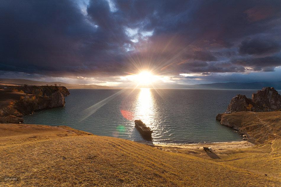 Закат на острове Ольхон и забытая баржа (читайте описание)