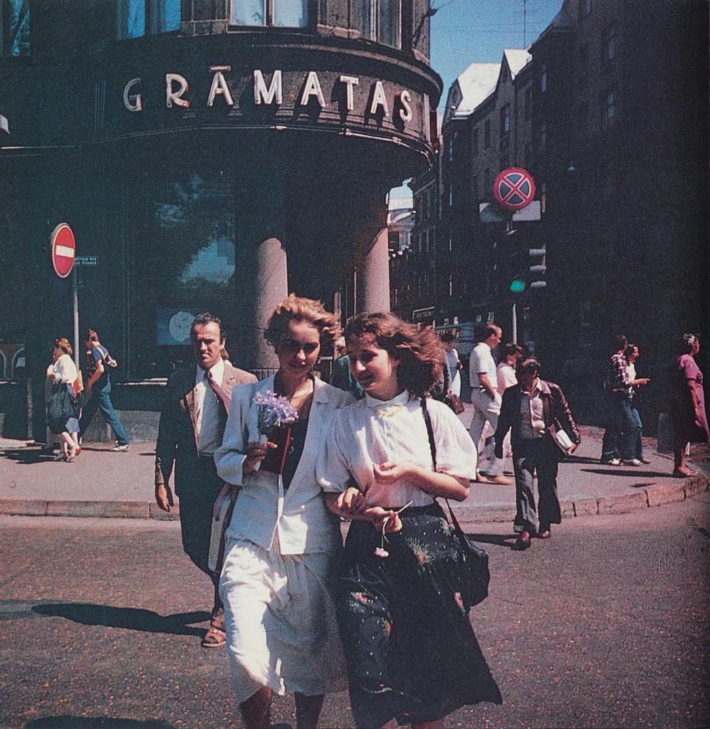 6. Девушки на фоне магазина «Книги».