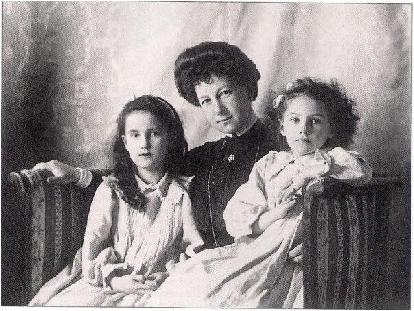 Ксения (справа) с матерью и сестрой