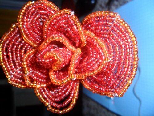Готовые чашелистики приматываем к бутону.  Осталось изготовить листики розы.  Листья плетутся практически.