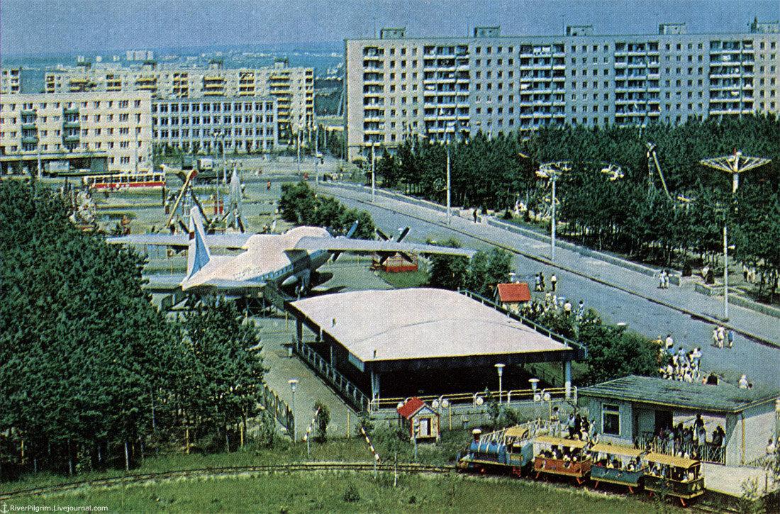 Одно время на территории парка стоял настоящий самолёт АН-10