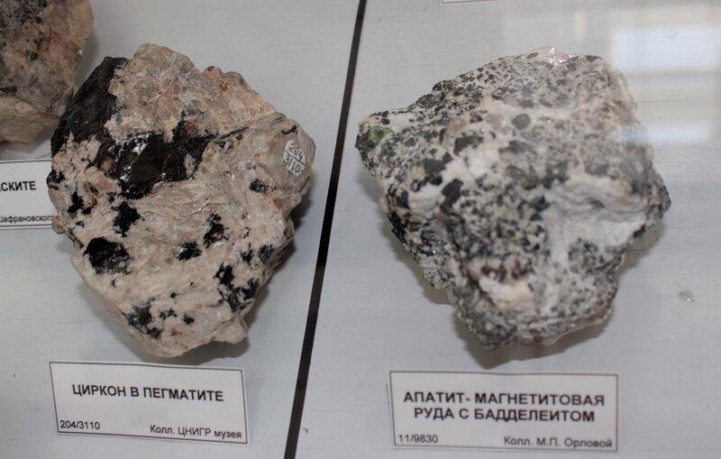 Циркон в пегматите; апатит-магнетитовая руда с бадделеитом