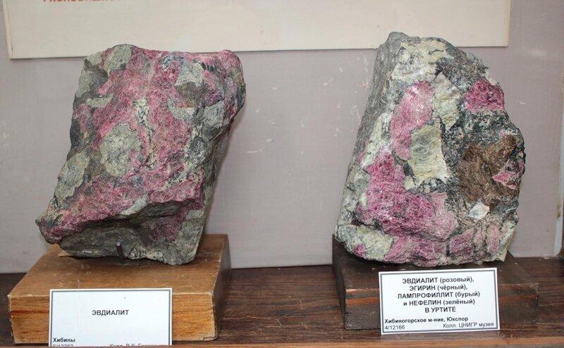 Эвдиалит; эвдиалит (розовый), эгирин (чёрный), лампрофиллит (чёрный) и нефелин (зелёный) в уртите