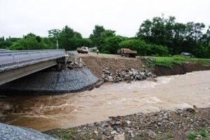В приморском городе Партизанск ливневые дожди разрушают новый автомобильный мост