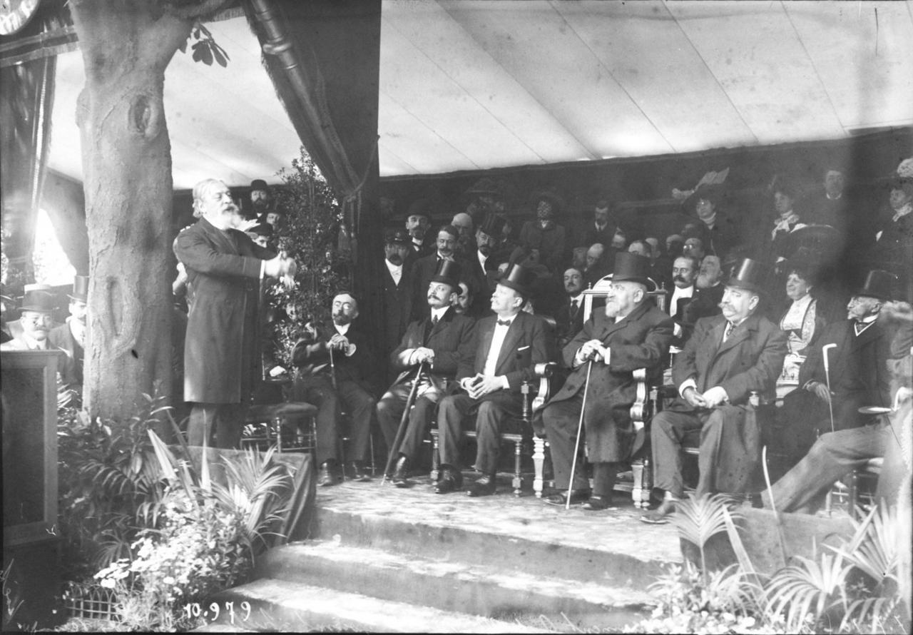 Открытие памятника А. де Мюссе, Мунэ Салли читает стихи поэта