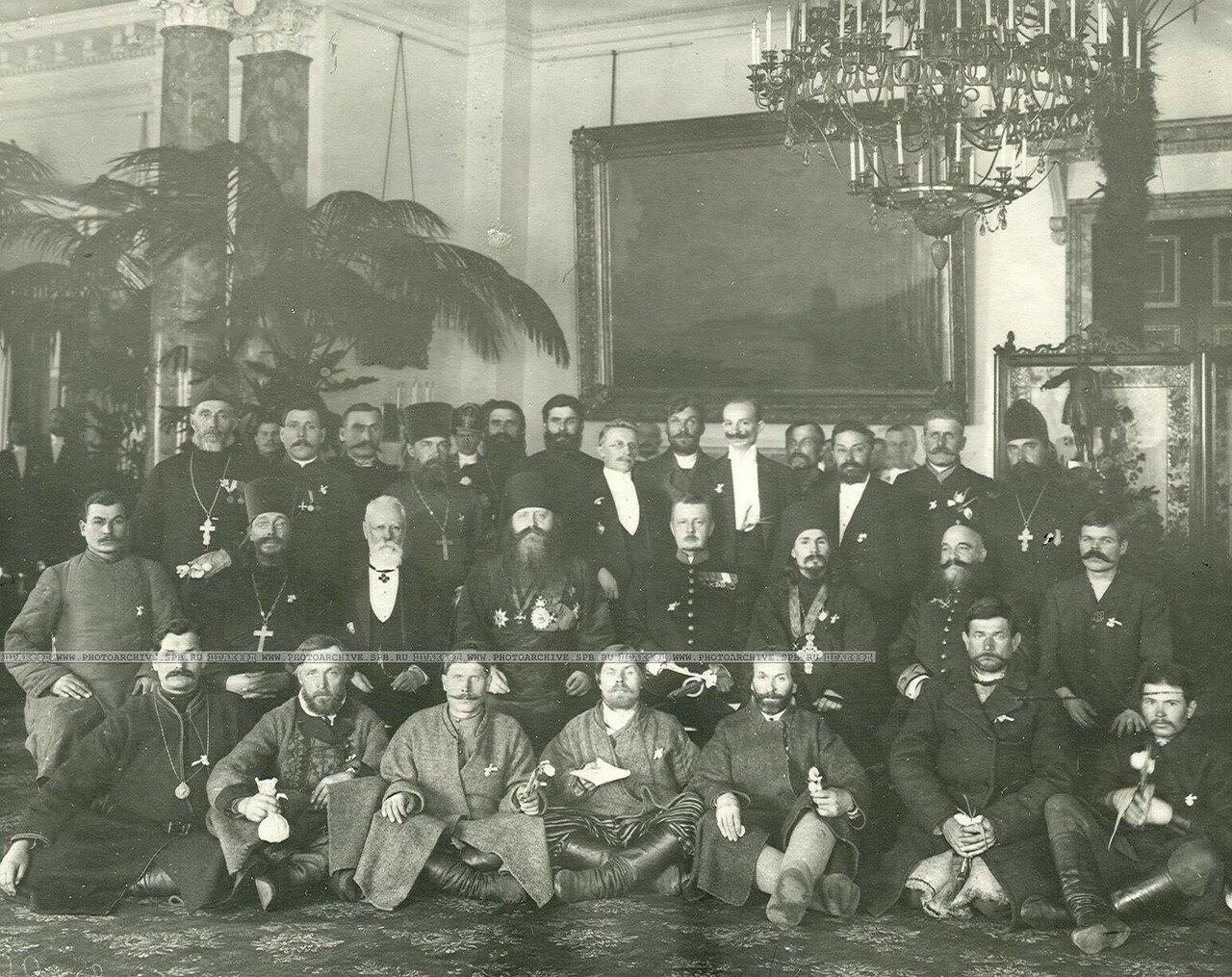 Группа монархистов в Дворцовом зале. В.В. Шульгин стоит в центре