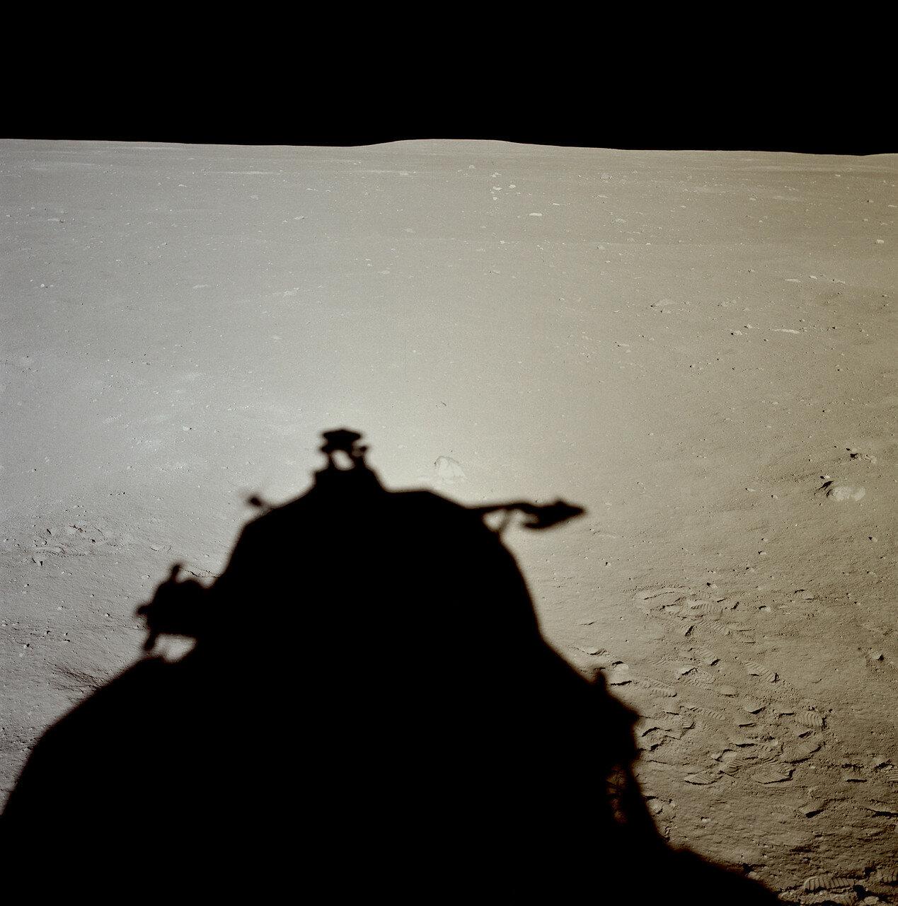 Когда лунный модуль пролетал над кратером, командир начал искать место, пригодное для посадки, и выбрал относительно ровную площадку между небольшими кратерами и полем валунов.