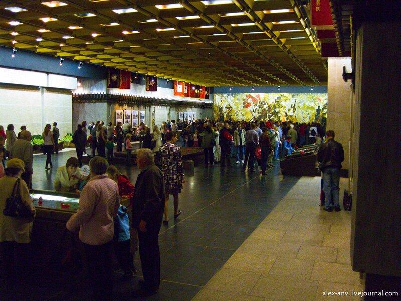 Музей состоит из одного большого зала. В дальней его части шёл праздничный концерт.