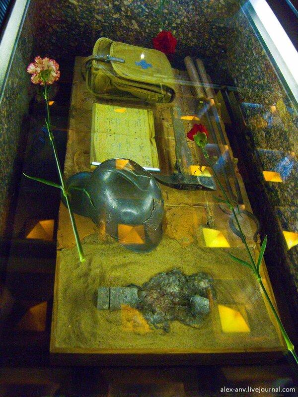 Тумба с экспонатами времён Блокады.