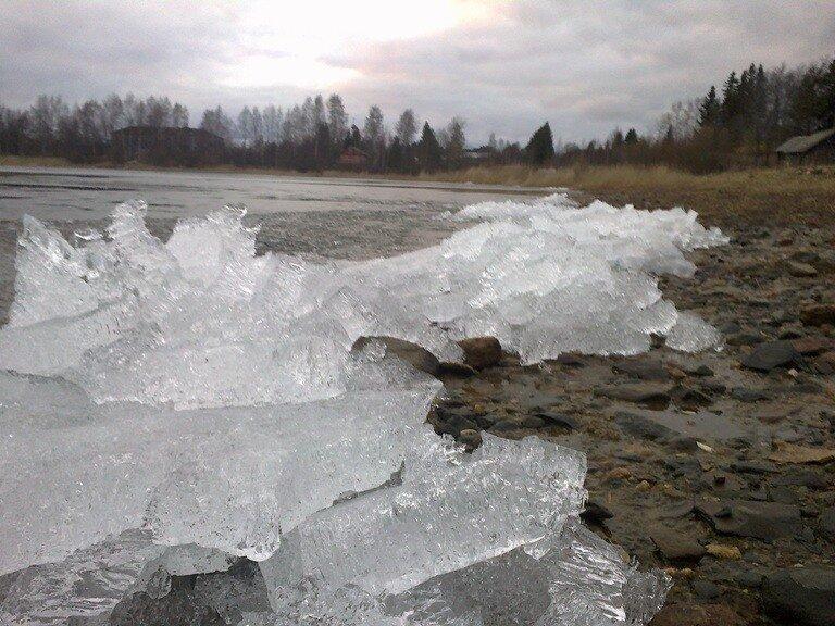 Весенний лед на Бородаевском озере (Ферапонтово)