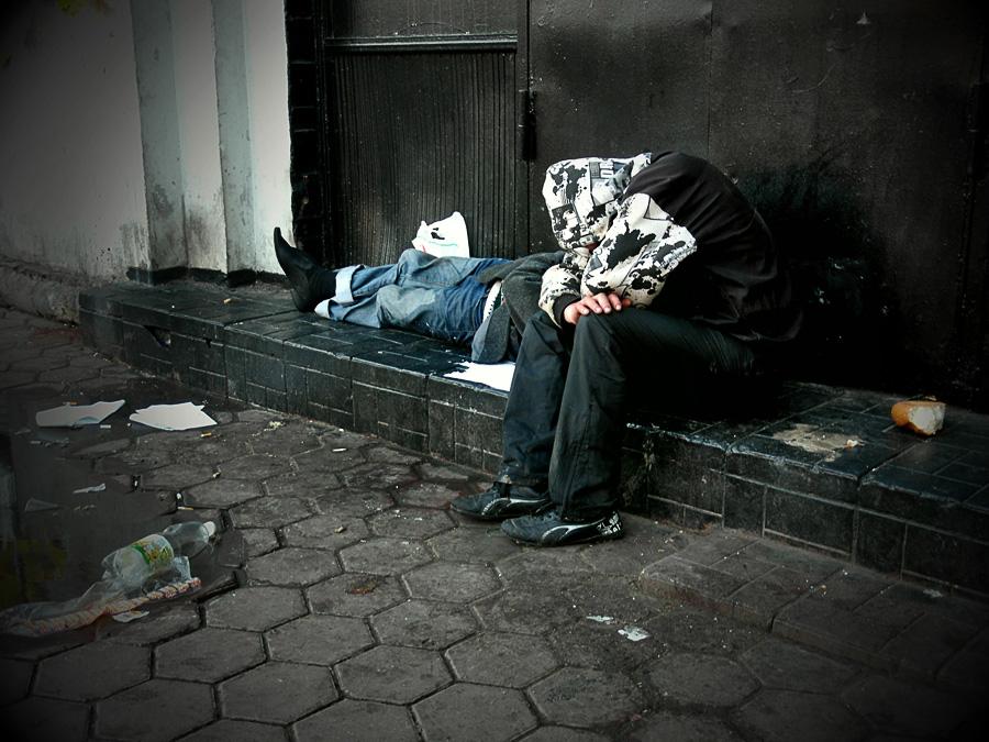 бомжи спят. профессиональный фотограф Кузьмин