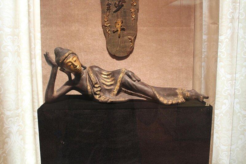 Скульптура Будды, переходящего в нирвану