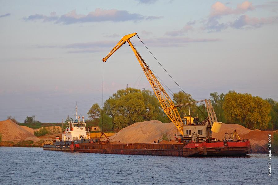 Разгрузка песка плавкраном. «РТ-423» с баржей