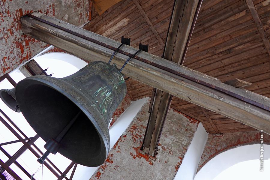 Колокол на колокольне Успенского собора в Мышкине