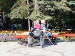 пожилые пассажиры круизного теплохода на Набережной Ялты