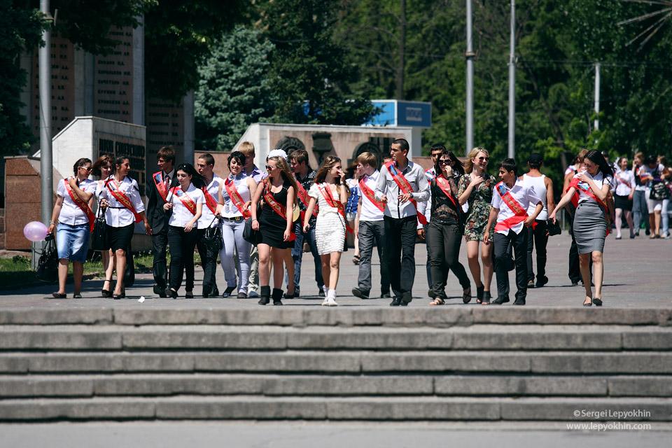 Последний звонок в Волгограде 2011. Выпускники отмечают праздник на центральной набережной, и у фонтана.