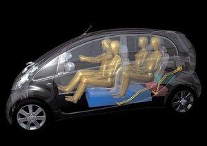 Четыре пассажира в электромобиле i-MiEV