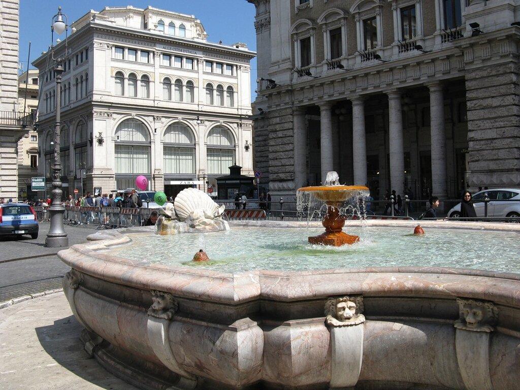 Рим. Фонтан на площади Колонны