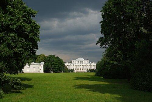 Елагиноостровский дворец перед грозой