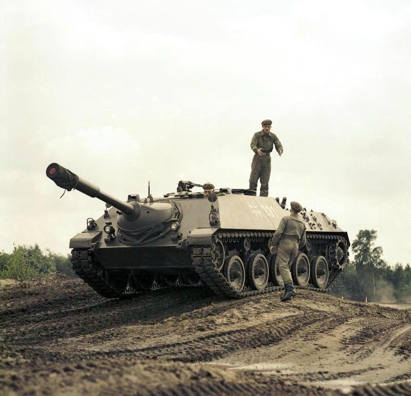 Bundesarchiv_B_145_Bild-F027425-0001,_Kanonenjagdpanzer_(KanJPz)_-_Jagdpanzer_Kanone_90_mm.jpg
