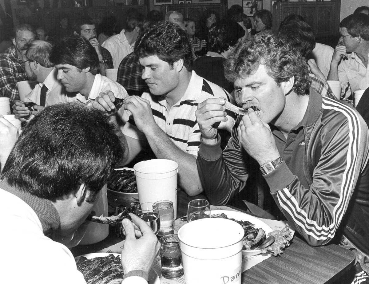 20. 20 сентября 1985 года. Мужчины соревнуются в конкурсе по поеданию ребрышек в Денвере, штат Колор