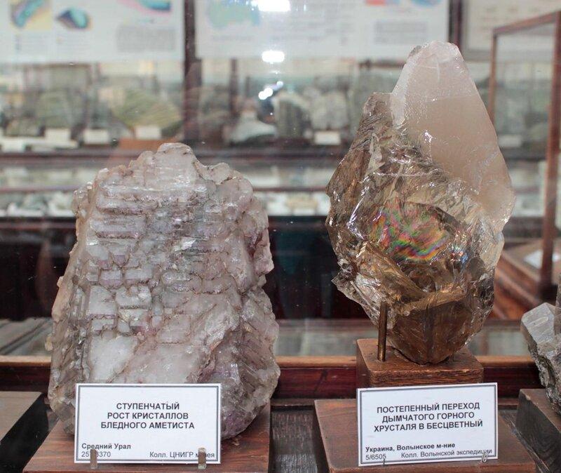 Ступенчатый рост кристаллов бледного аметиста; постепенный переход дымчатого горного хрусталя в бесцветный