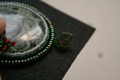Мастер-класс по обшиванию кабашонов бисером: Кулон из бисера и прочего.