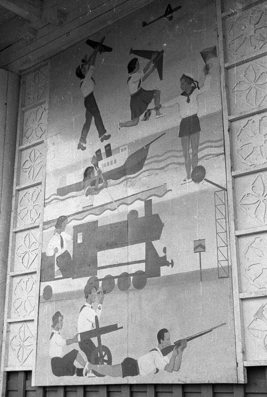05. Детский городок. База пионеров и школьников. Изображения на фасаде