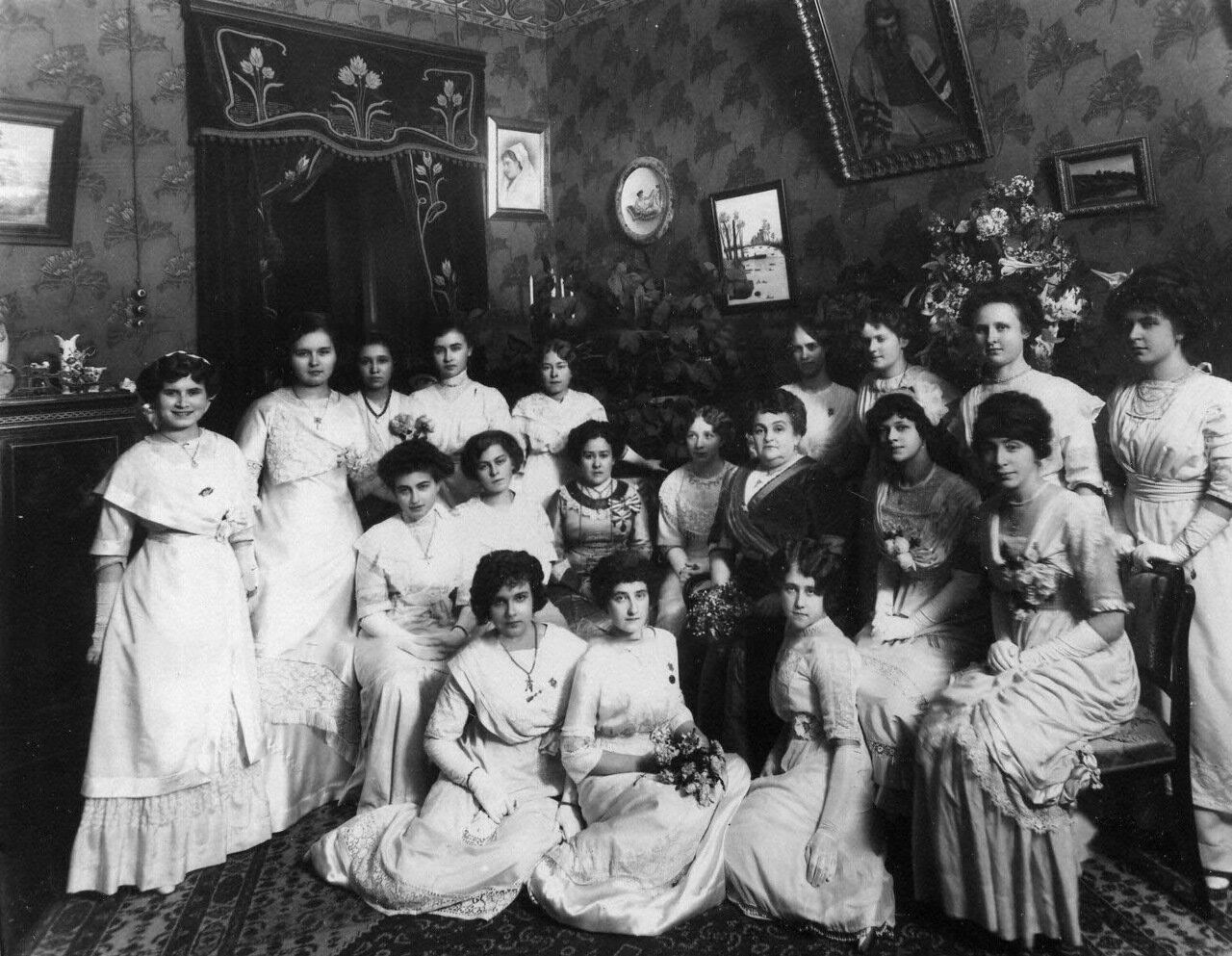 05. Группа слушательниц с начальницей курсов М.А.Лохвицкой-Скалон (сидит во 2-м ряду 3-я справа)
