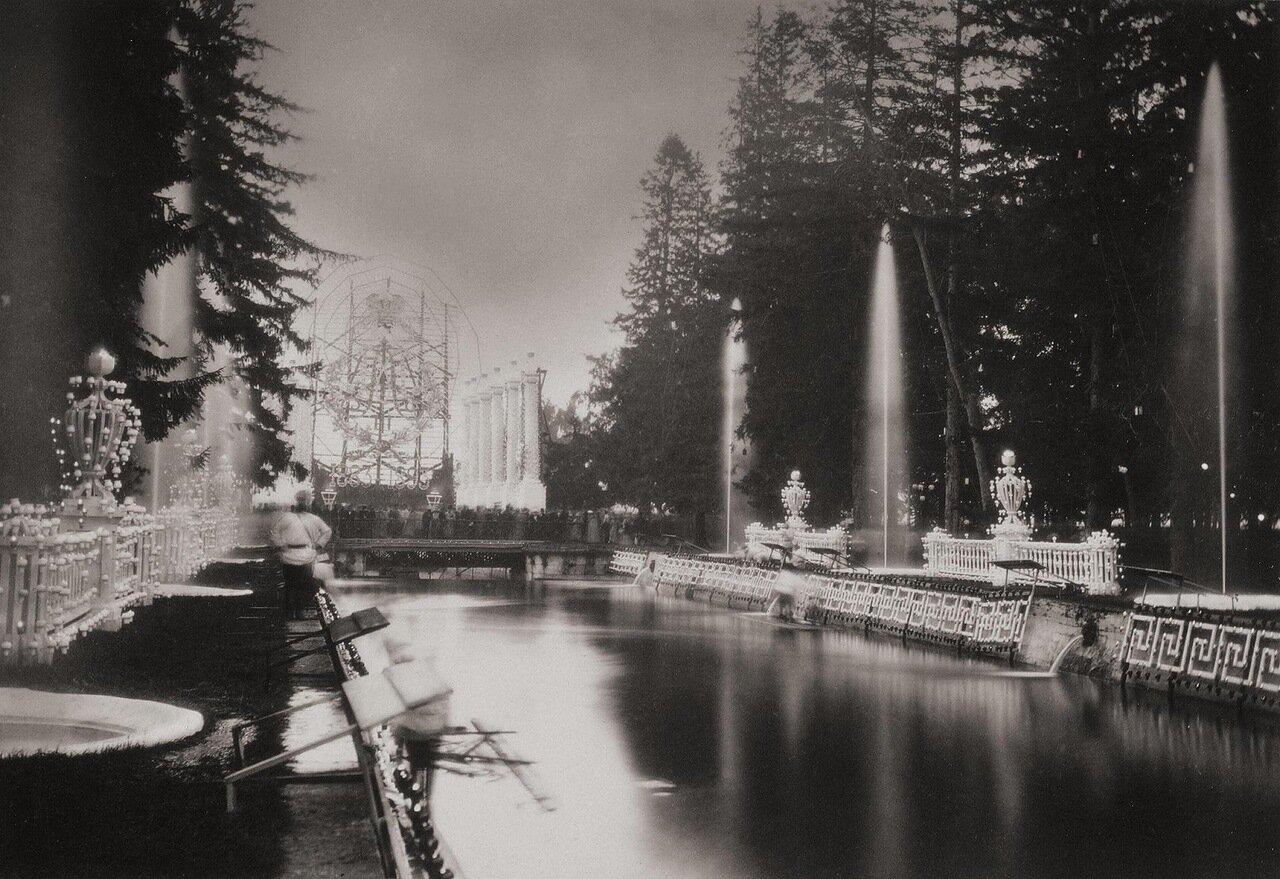 Ночная иллюминация в Нижнем парке Петергофа. 1893